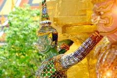 Les statues géantes de gardien de démon se tiennent autour de la pagoda et de la main au Li Images libres de droits