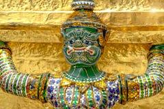 Les statues géantes de gardien de démon se tiennent autour de la pagoda et de la main au Li Photos stock