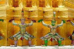 Les statues géantes de gardien de démon se tiennent autour de la pagoda et de la main au Li Image stock