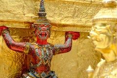 Les statues géantes de gardien de démon se tiennent autour de la pagoda et de la main au Li Photo stock