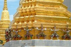Les statues géantes de gardien de démon se tiennent autour de la pagoda et de la main au Li Photos libres de droits
