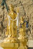 Les statuts d'or s'approchent du grand point de Bouddha à Thimphou Bhutan Image libre de droits