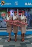 Les stewards (hôtesse de l'air) de ligne aérienne d'émirats au tennis australien centrent pendant l'open d'Australie 2016 images stock