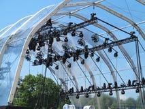 Les structures de l'illumination d'étape allume l'équipement et les projecteurs Image libre de droits
