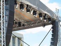 Les structures de l'illumination d'étape met en lumière l'équipement et le speake Images libres de droits