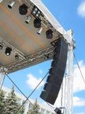 Les structures de l'illumination d'étape met en lumière l'équipement et le speake photographie stock libre de droits