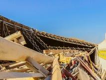 Les structures effondrées d'un métal encadrent le bâtiment agricole photographie stock