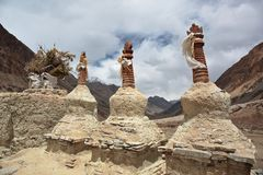 Les stupas bouddhistes chorten en Himalaya Photo stock