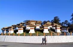 Les 108 stupas de chortens chez Dochula passent dessus la route de Thimphou à Punaka, Bhutan Photographie stock libre de droits