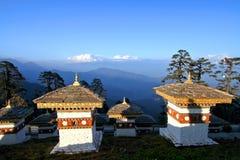 Les 108 stupas de chortens est le mémorial en l'honneur du Bhutan Photographie stock libre de droits