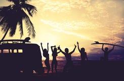 Les styles de photo d'art du surfer de silhouette font la fête sur la plage au coucher du soleil photographie stock libre de droits