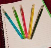 Les stylos colorés écrit stupéfier photo stock
