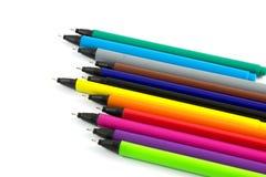 Les stylos colorés ont isolé le fond blanc Images stock