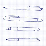 Les stylos et les marqueurs se trouvent sur une feuille de papier dans la cellule Des objets stationnaires sont dessinés dans le  Photo stock