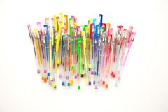 Les stylos lumineux et colorés sur un fond blanc ont tiré des frais généraux Photos libres de droits