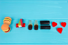Les sucreries délicieuses représentent sous forme d'hamburger et boivent le Th Photographie stock