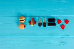 Les sucreries délicieuses représentent sous forme d'hamburger et boivent le Th Images libres de droits