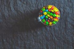 Les sucreries dans le verre photo stock