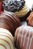 Les sucreries de chocolat se ferment vers le haut images libres de droits