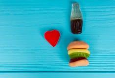 Les sucreries de gelée représentent sous forme d'hamburger et boivent qu'I Photographie stock