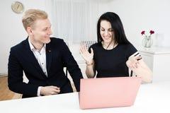 Les supérieurs travaille avec le subalterne - contestant avec émotion images libres de droits