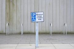 Les supports d'insigne handicapés signent seulement au parking public image stock
