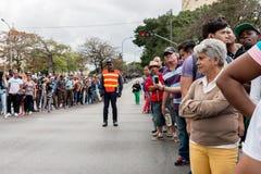 Les supports de police gardent sur l'itinéraire de cortège de voitures d'Obama à La Havane, Cuba 2016 Image stock