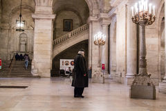 Les supports de visiteur proflied contre l'escalier occidental dans le foyer d'entrée de la bibliothèque publique de New York, bi Photos libres de droits