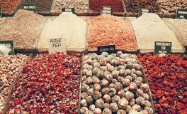 Les supports des variétés de thé et d'épice se sont vendus au bazar d'épice d'Istanbul dans le ton amorti de couleur Photo libre de droits