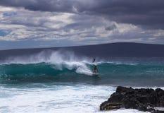 Les surfers apprécient un jour nuageux de Maui Photographie stock libre de droits