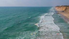 Les surfers attrapent les vagues en mer banque de vidéos