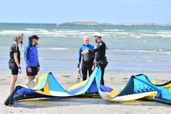 Les surfers de cerf-volant apprennent au cerf-volant Photo stock