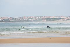 Les surfers de novice pratiquent en eau libre Photos libres de droits