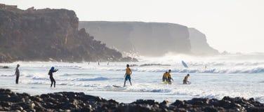 Les surfers surfant sur l'EL Cotillo échouent, Fuerteventura, Îles Canaries, Espagne Images libres de droits