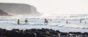 Les surfers surfant sur l'EL Cotillo échouent, Fuerteventura, Îles Canaries, Espagne Images stock
