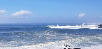 Les surfers surfent une grande bosse d'hiver à la baie de Weimea dans Oahu Hawaï images libres de droits