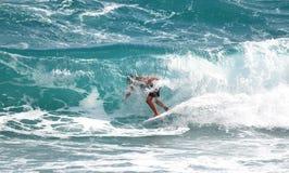 Les surfers tirent profit des grandes conditions surfantes outre du littoral du sud de la Floride Photographie stock libre de droits