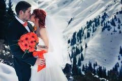 Les surfeurs de mariage couplent juste marié à l'hiver de montagne Images stock