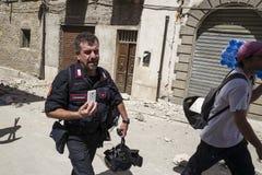 Les survivants sur des steets de tremblement de terre ont endommagé Amatrice, Italie Images libres de droits
