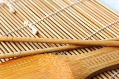 Les sushi administrent à la cuillère sur un tapis Image libre de droits