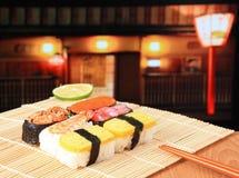 Les sushi délicieux du Japon se mélangent aux baguettes Image stock