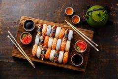 Les sushi de Nigiri ont placé pour deux et thé vert Photographie stock
