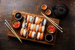 Les sushi de Nigiri ont placé pour deux et thé vert Photos libres de droits