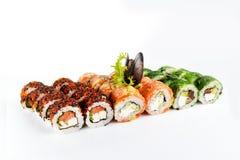 Les sushi ont placé sur le fond blanc Image stock