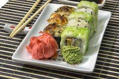 Les sushi ont placé sur le makisu avec du gingembre et le wasabi Photo libre de droits