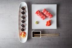 Les sushi ont servi dans le plat sur la vue supérieure grise de table image libre de droits