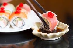 Les sushi placent et noircissent des baguettes, nourriture japonaise Images stock