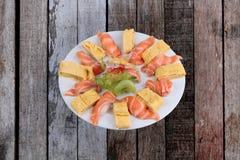 Les sushi saumonés, Japonais ont roulé l'omelette comme Tamagoyaki et saumons Photographie stock libre de droits