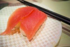Les sushi 100 Yens du plat blanc dans le restaurant japonais à Tokyo Image stock