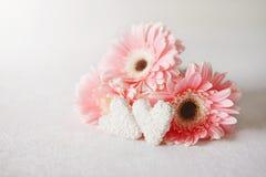 Les symboles de jour du ` s de Valentine offrent des fleurs de gerbera et des sucreries de coeur photo libre de droits